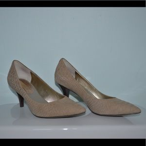 b37bb154fb30 Banana Republic. Banana Republic Kitten Heel Pumps